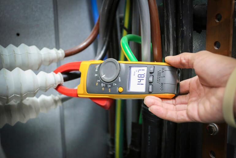 clamp meter to check power cable