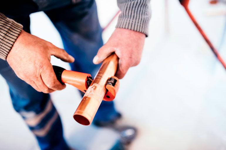 cutting copper pipe with Pipe Cutter